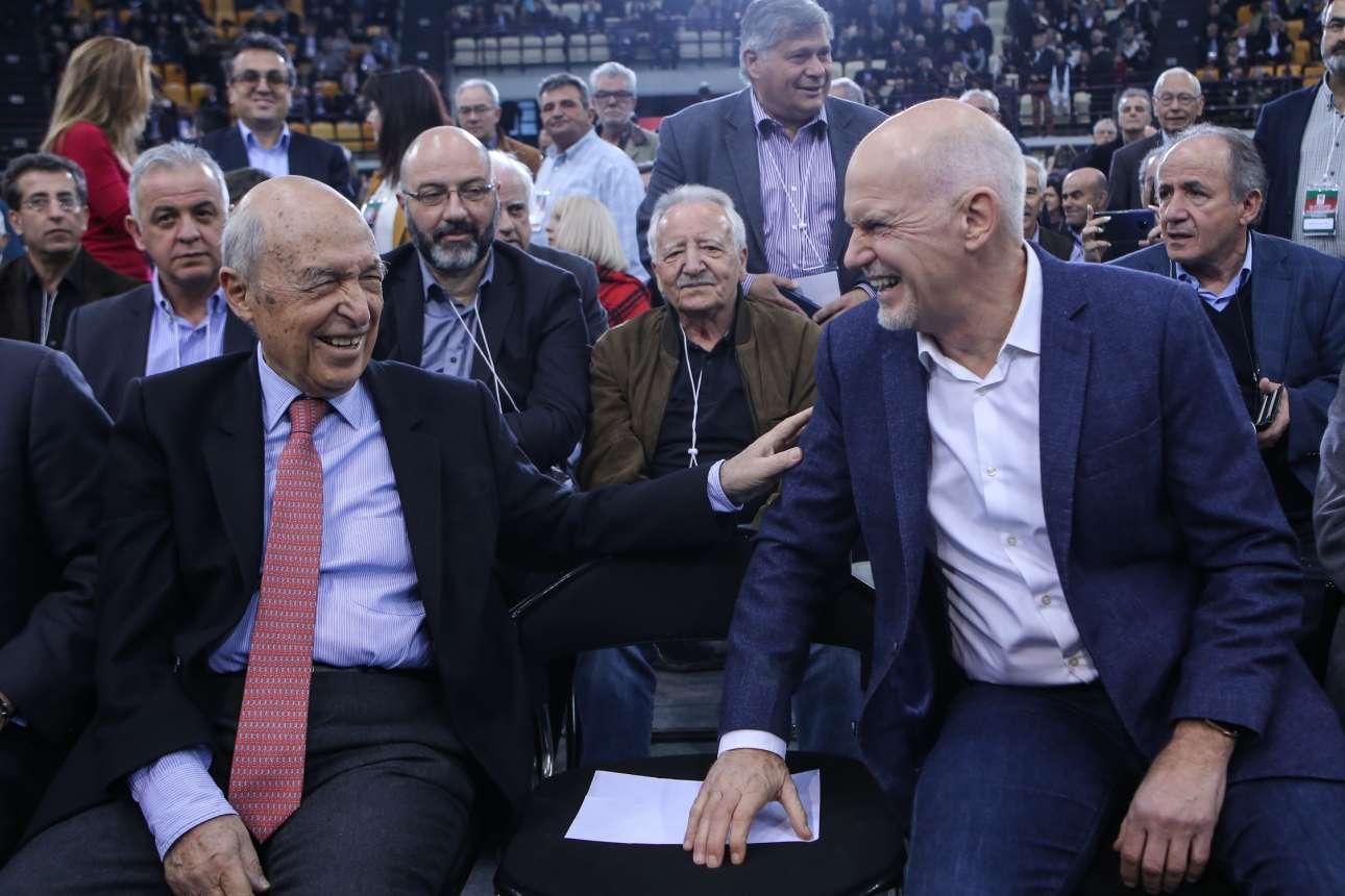Δύο πρώην πρωθυπουργοί σε ευχάριστη διάθεση ο Κώστας Σημίτης και ο Γιώργος Παπανδρέου. Πίσω τους ο Κώστας Γείτονας