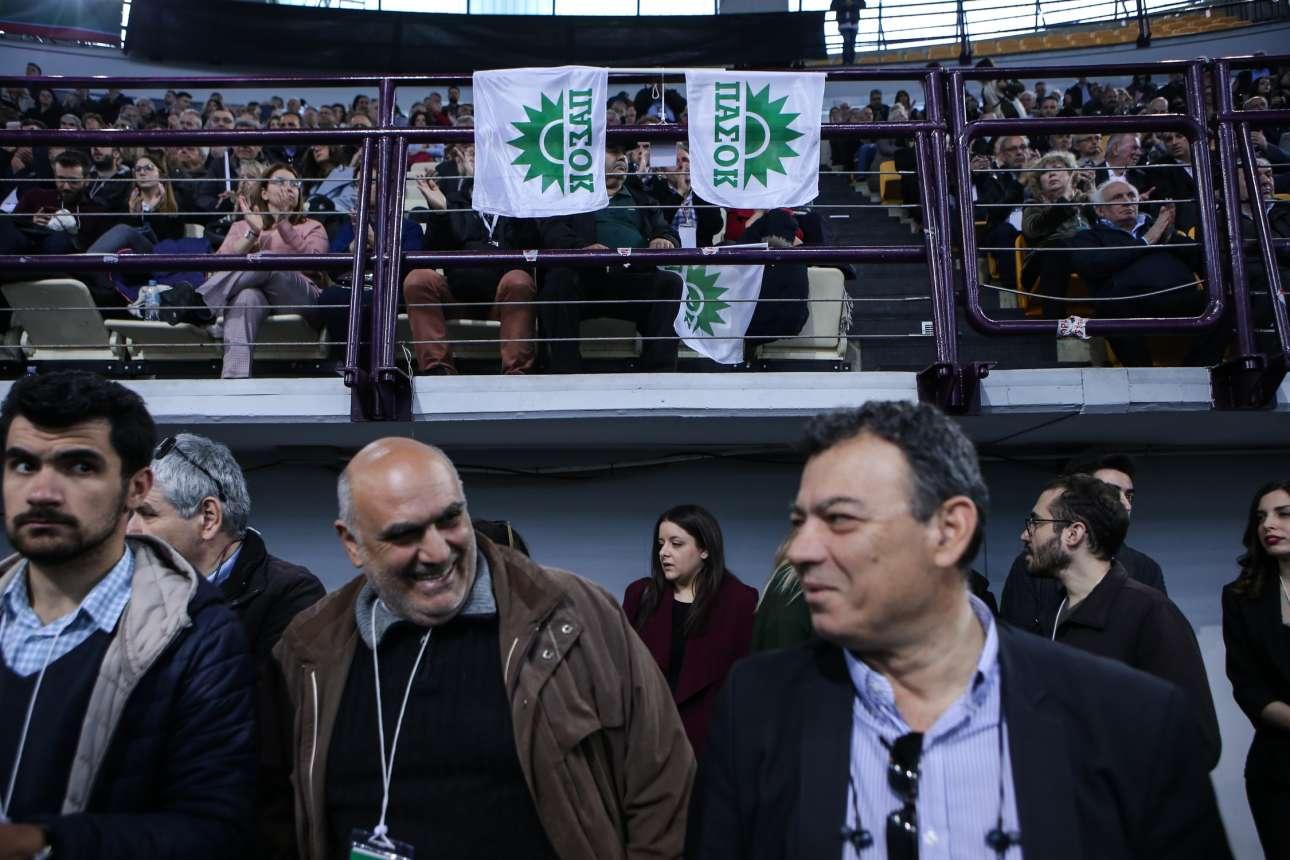 Δεν έλειψε φυσικά ο κλασικός πράσινος ήλιος του ΠΑΣΟΚ σε σημαιάκια...