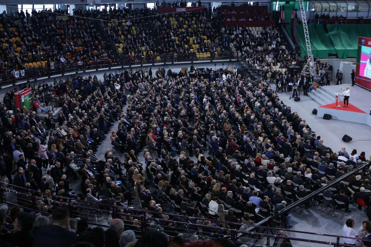 Μια άποψη του χώρου όπου διεξάγεται το συνέδριο ενώ στο βήμα μόλις διακρίνεται η Φώφη Γεννηματά (δεξιά)