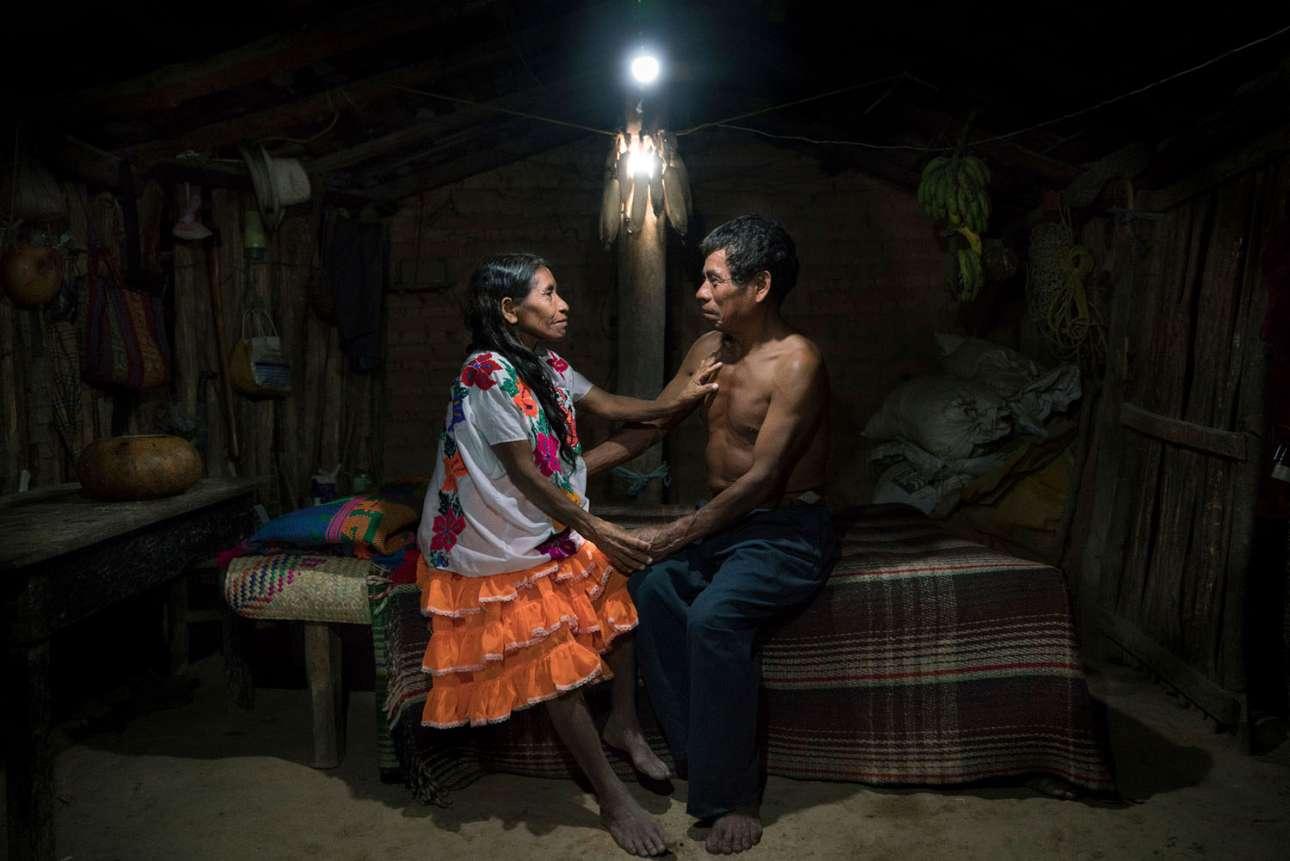 «Ηλιακό Πορτρέτο Ερωτευμένων», κατηγορία Ανθρωποι. Η Φαουστίνα και ο Χεσούς κάθονται κάτω από έναν ηλιακό λαμπτήρα, στο σπίτι τους στο Γκερέρο του Μεξικού. Είναι παντρεμένοι 48 χρόνια και έχουν εφτά παιδιά. Οπως πολλά μέλη της ιθαγενούς φυλής Μιξτέκα, δεν είχαν ποτέ πρόσβαση σε ηλεκτρική ενέργεια. Οταν ρωτήθηκαν πώς το φως από την ηλιακή ενέργεια επηρέασε τη ζωή τους, η Φαουστίνα απάντησε: «για πρώτη φορά μπορούμε να κοιτάζομαστε στα μάτια στις προσωπικές, ρομαντικές μας στιγμές»
