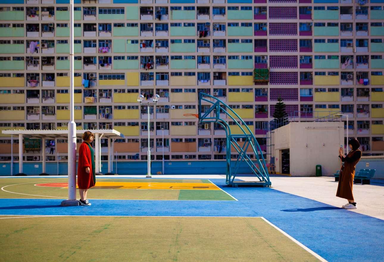 «Ντίβες», κατηγορία Ταξίδι. Δύο φίλες αναζητούν την τέλεια πόζα, ένα ηλιόλουστο απόγευμα στο Χονγκ Κονγκ