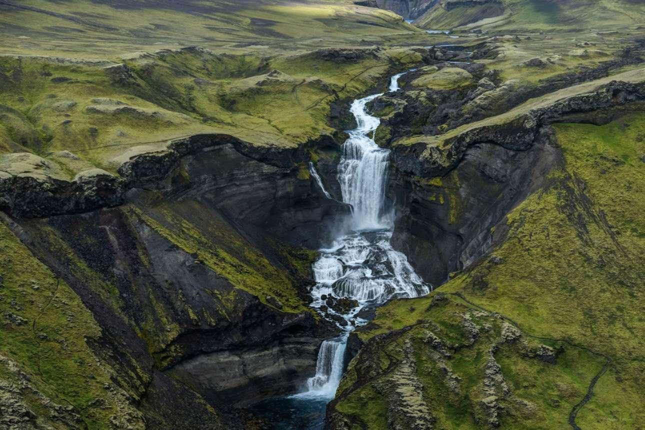 «Το Αδιάβατο», κατηγορία Φυσικός Κόσμος. Εντυπωσιακή εικόνα από τον καταρράκτη Ófærufoss στην Ισλανδία, ο οποίος αποτελεί μέρος του ποταμού Nyrðri-Ófæra που συχνά ονομάζεται ο «αδιάβατος βόρειος ποταμός». Ο ποταμός καταλήγει στο Eldgjá, γνωστό και ως το «φαράγγι της φωτιάς»