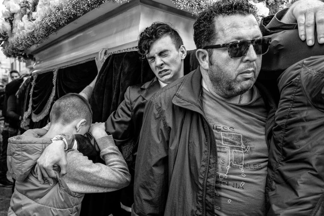 «Κουβαλώντας», κατηγορία Ανθρωποι. Ανδρες μεταφέρουν στους ώμους τους άρματα με αγάλματα που αναπαριστούν σκηνές από τα Πάθη του Χριστού για την ολοήμερη λιτανεία της Μεγάλης Παρασκευής, στο Τράπανι της Ιταλίας