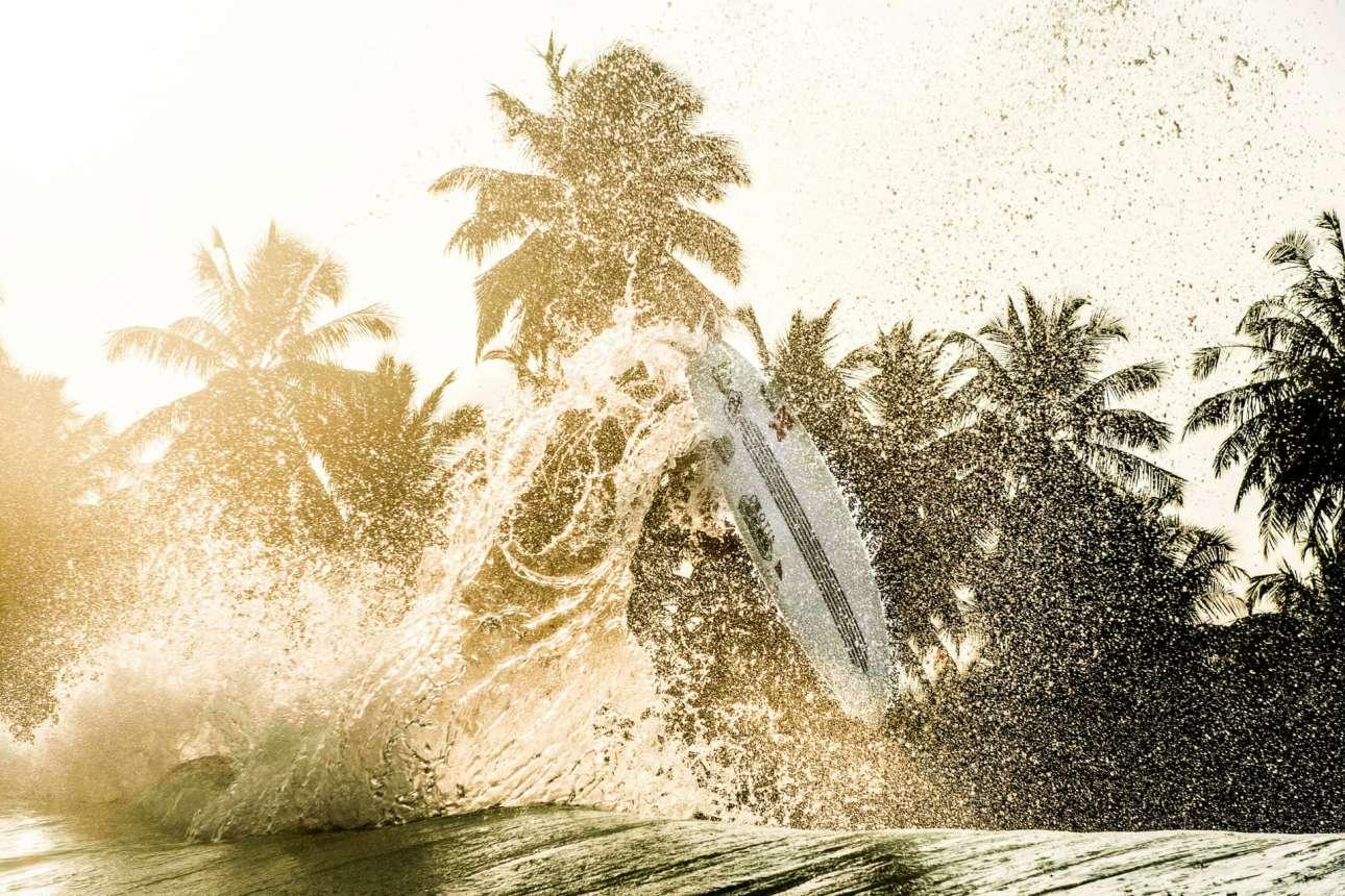 Σερφάροντας στον αέρα την ώρα του δειλινού, στην Ινδονησία