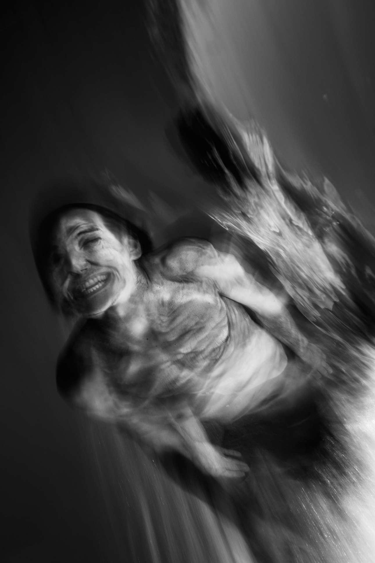 «Ενδιαφερόμουν να ερευνήσω την σύνδεση μεταξύ ανθρώπων και φύσης, μέσω της πιο αγνής μορφής του δαμασμού των κυμάτων που είναι η πρωτόγονη τέχνη του bodysurfing. Πώς νιώθει κάποιος όταν κυλάει με την τέλεια ταχύτητα, βυθισμένος μέσα στη ρευστότητα της θάλασσας;» αναρωτιέται ο φωτογράφος
