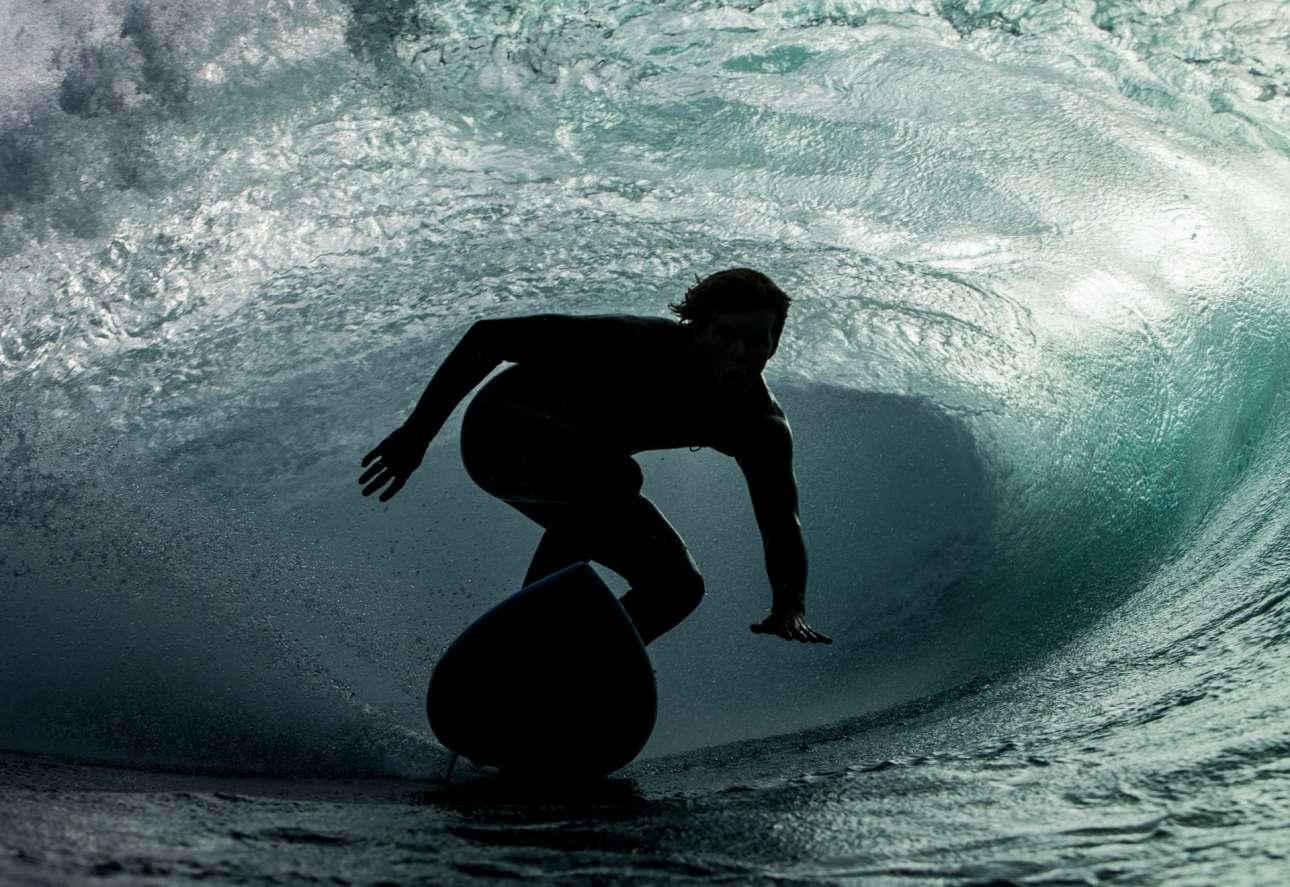 «Εδώ είναι ο σέρφερ Χάρι Μπράιαντ εν κινήσει σε ένα κρυφό σημείο στη Νότια Ακτή της Αυστραλίας. Θα έλεγα πως λιγότερο από το 10% της σανίδας του βρίσκεται στο νερό αυτή τη στιγμή» γράφει ο φωτογράφος