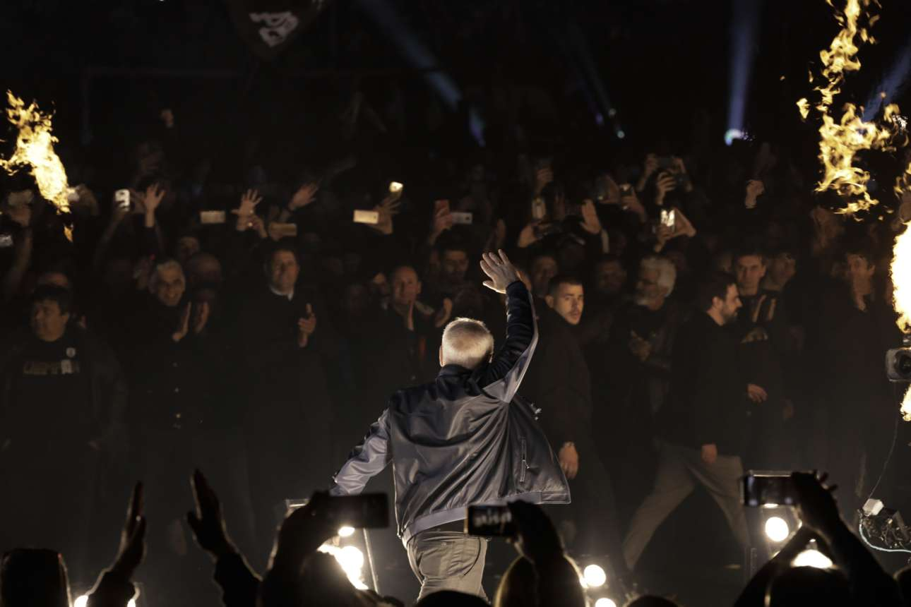 Ο Ιβάν Σαββίδης ανεβαίνει στην πίστα για να πάρει και αυτός το χειροκρότημα που του αξίζει από τους οπαδούς