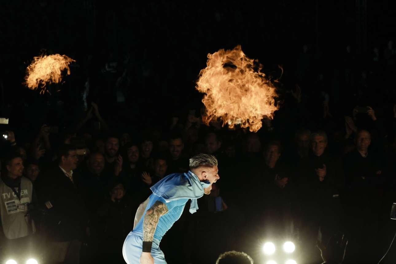 Ο Αλέξανδρος Πασχαλάκης, γκολκίπερ του ΠΑΟΚ, κάνει εμφάνιση με μπλούζα του Σούπερμαν και ουρλιάζει καθώς τα εφέ προσφέρουν φλόγες στο σκηνικό. Η φιέστα στην Τούμπα τα είχε όλα