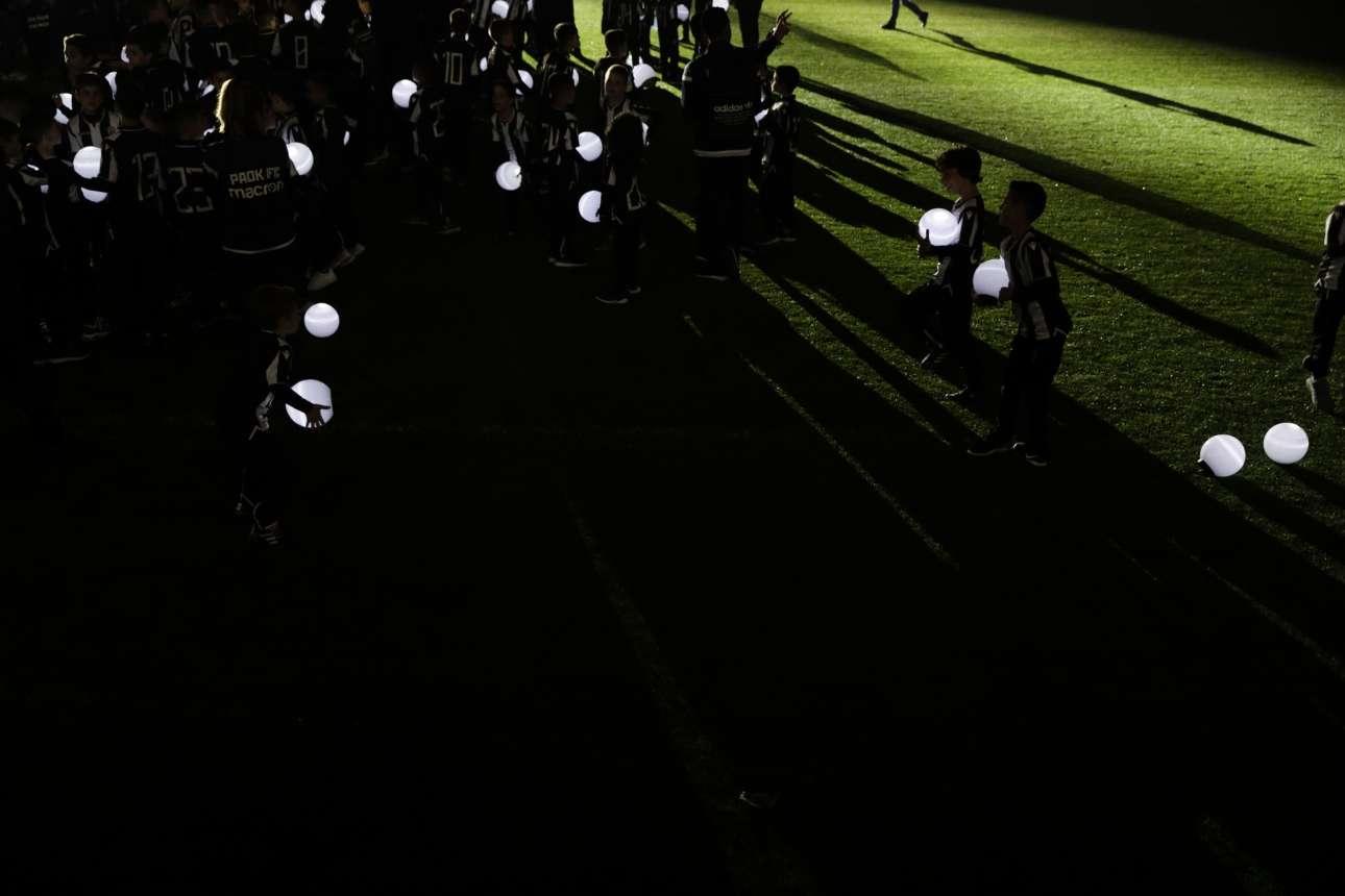 Πολλά παιδιά επιστρατεύτηκαν για να κρατούν τις φωτεινές μπάλες προσφέροντας ένα φαντασμαγορικό θέαμα για τη φιέστα. Θα έχουν να το λένε