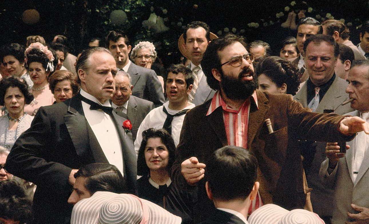 Ο Κόπολα με τον Μάρλον Μπράντο -τον Βίτο Κορλεόνε- καθοδηγεί τους κομπάρσους στη σκηνή του γάμου στην αρχή του αριστουργηματικού «Νονού» (1972)