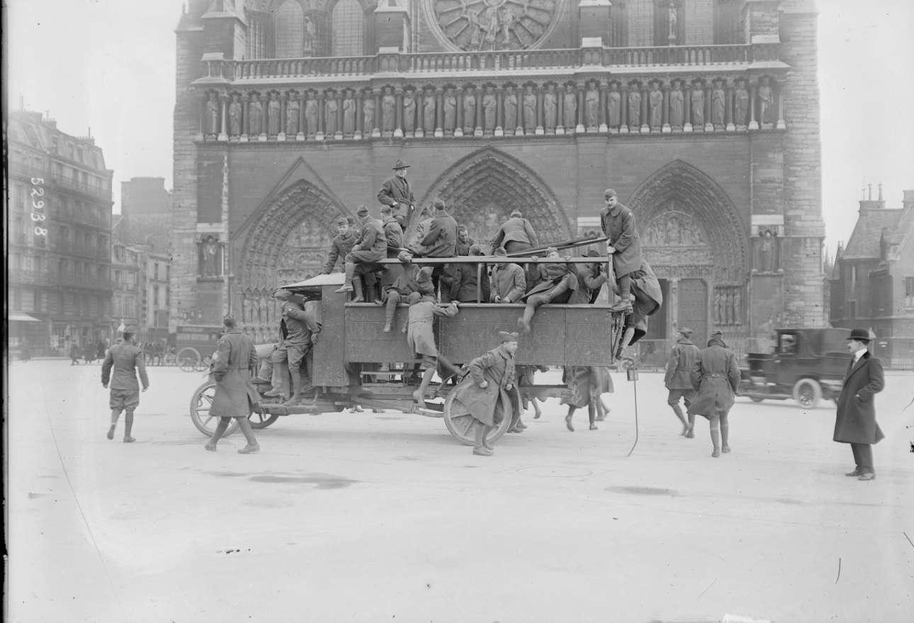 Μάρτιος, 1919. Αμερικανοί στρατιώτες που έχουν μείνει στη Δυτ. Ευρώπη μετά την ανακωχή του Α' Παγκοσμίου Πολέμου επισκέπτονται την Παναγία των Παρισίων