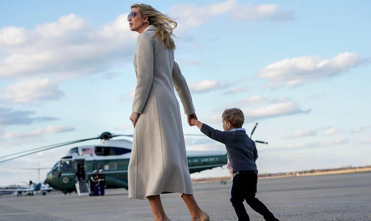 Δευτέρα, 1 Απριλίου, ΗΠΑ. Η Ιβάνκα Τραμπ με τον γιο της Θίοντορ λίγο πριν επιβιβαστούν στο Air Force One, στο Μέριλαντ