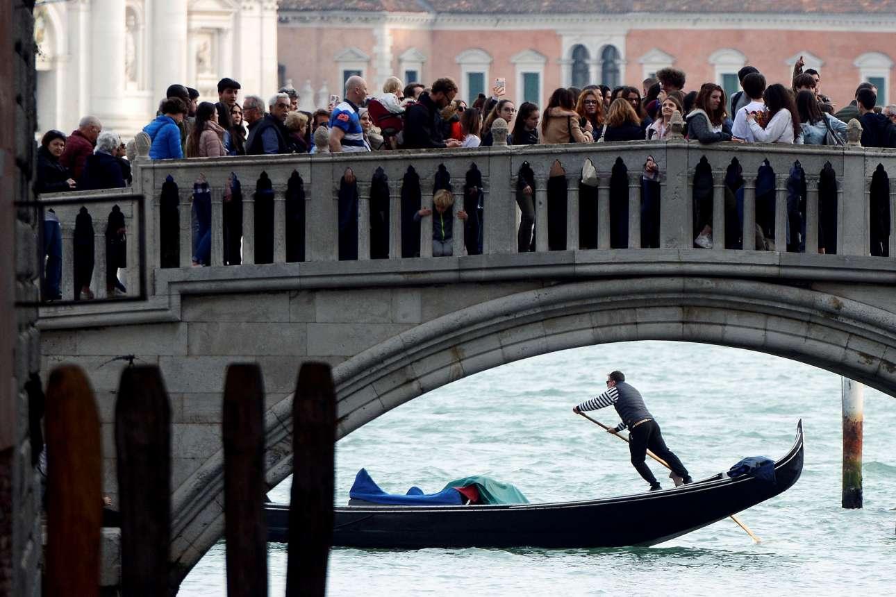 Τετάρτη, 3 Απριλίου, Ιταλία. Γέφυρα στη Βενετία... στενάζει υπό το βάρος αμέτρητων τουριστών. Εκείνοι βγάζουν φωτογραφίες που όμως δεν απεικονίζουν τον όχι και τόσο ευχάριστο συνωστισμό στην πανέμορφη ιταλική πόλη