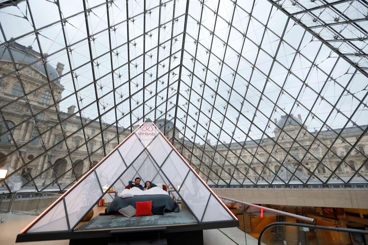 Τετάρτη, 3 Απριλίου, Γαλλία. Υπνος μέσα στο μουσείο του Λούβρου; Και όμως, το Airbnb κάνει διαγωνισμό με έπαθλο μία διανυκτέρευση στο διάσημο μουσείο του Παρισιού