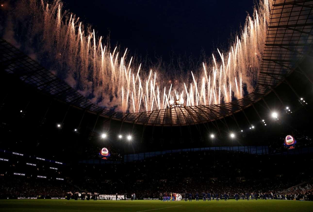 Τετάρτη, 3 Απριλίου, Μεγάλη Βρετανία. Εντυπωσιακά πυροτεχνήματα φωτίζουν τον ουρανό πριν από τον αγώνα Τότεναμ - Κρίσταλ Πάλας. Οι «πετεινοί» μπήκαν για πρώτη φορά επίσημα στο νέο τους γήπεδο και όλα τα φώτα ήταν στραμμένα επάνω στο πρότζεκτ «Tottenham Hotspur Stadium» που κόστισε 1.000.000.000 ευρώ