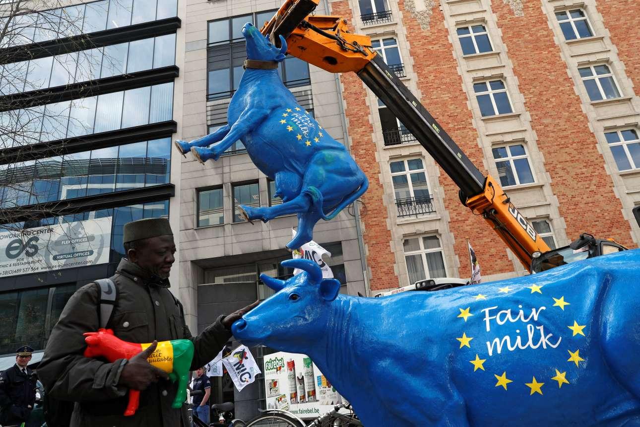 Τετάρτη, 10 Απριλίου, Βέλγιο. Μία πρωτότυπη διαμαρτυρία κτηνοτρόφων στις Βρυξέλλες για την παραγωγή γάλακτος