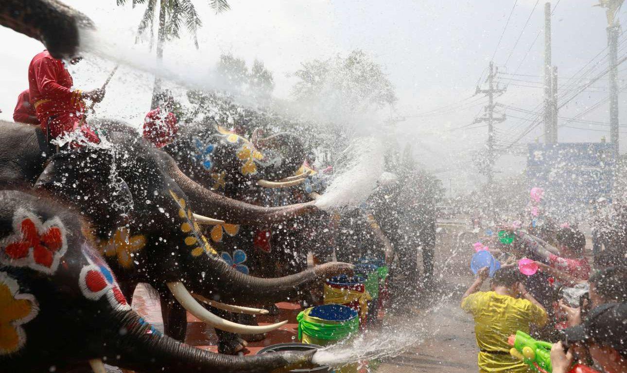 Πέμπτη, 11 Απριλίου, Ταϊλάνδη. Ελέφαντες και άνθρωποι σε παιχνίδια με το νερό κατά τη διάρκεια εορτασμών στο φεστιβάλ για την άφιξη του Καλοκαιριού στην χώρα της Ασίας