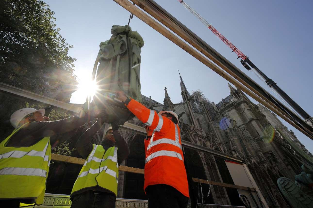 Ειδικοί, που εργάζονται στο πρόγραμμα συντήρησης, παραλαμβάνουν στο έδαφος, ένα από τα αγάλματα που αφαιρέθηκαν από τη στέγη