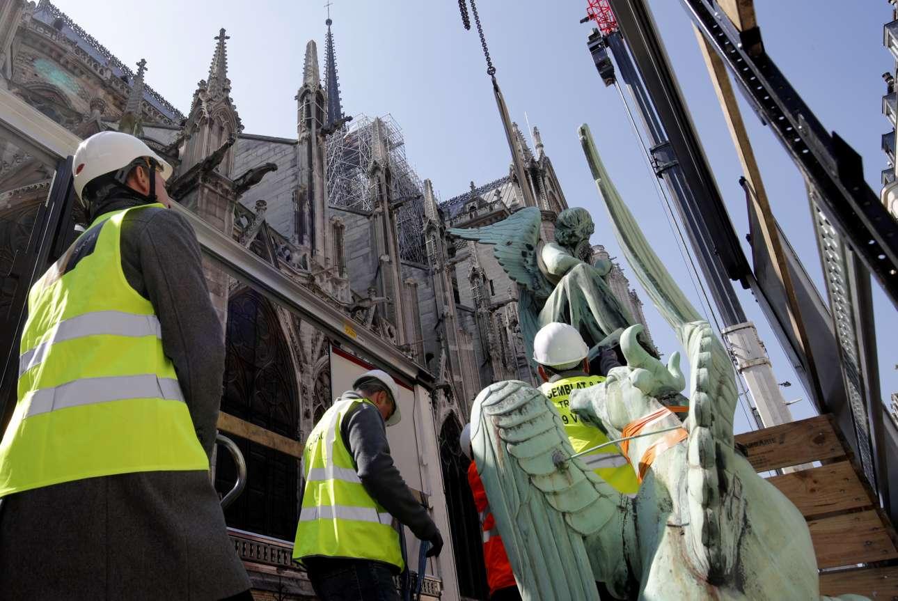 Φτερωτά αγάλματα κατεβαίνουν ασφαλή στο έδαφος, για να συντηρηθούν, λίγες ημέρες πριν την πυρκαγιά