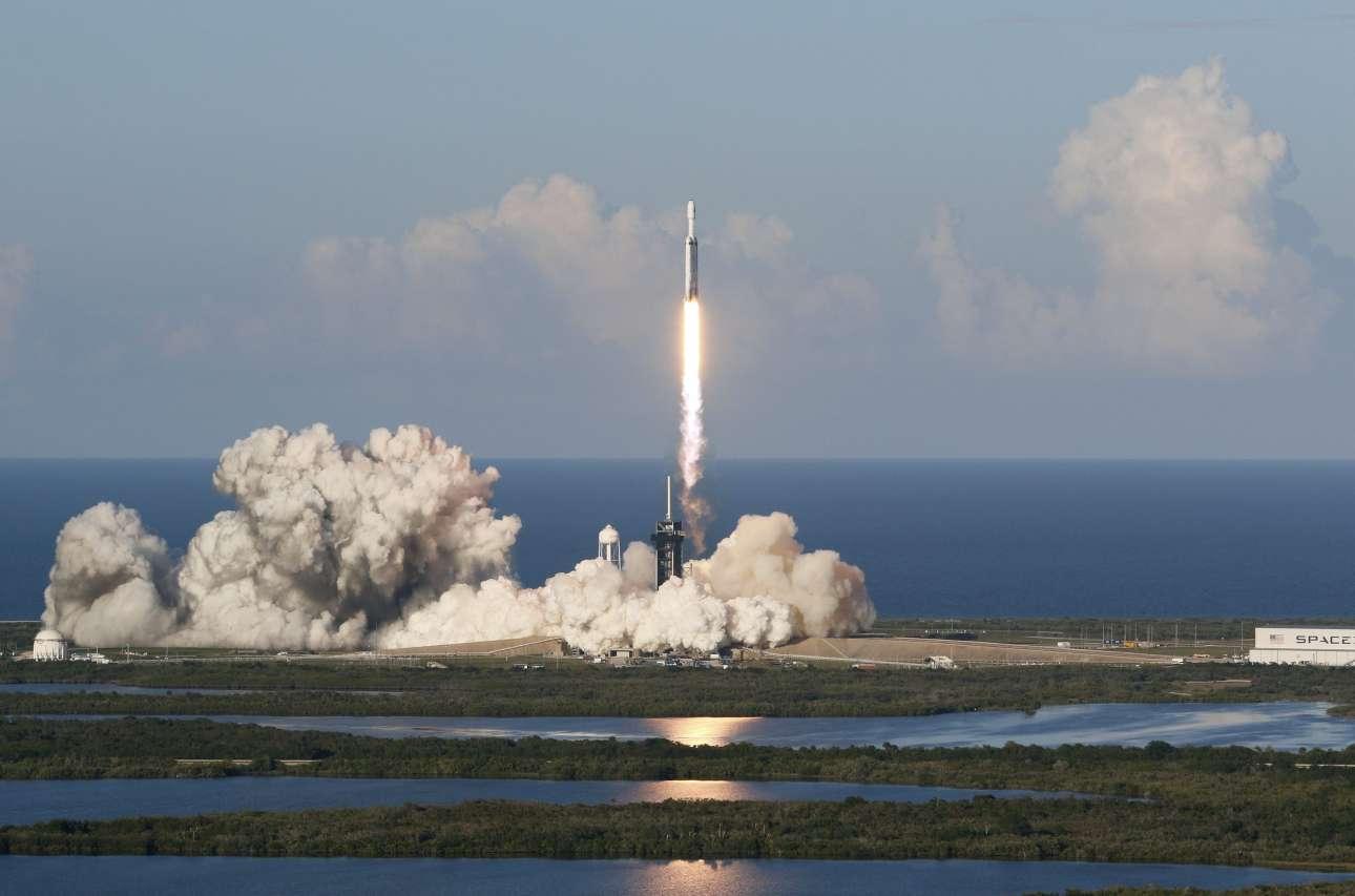 Παρασκευή, 12 Απριλίου, ΗΠΑ. Ο πύραυλος Falcon Heavy εκτοξεύτηκε από την εξέδρα της SpaceX στο Διαστημικό Κέντρο Κένεντι στη Φλόριντα