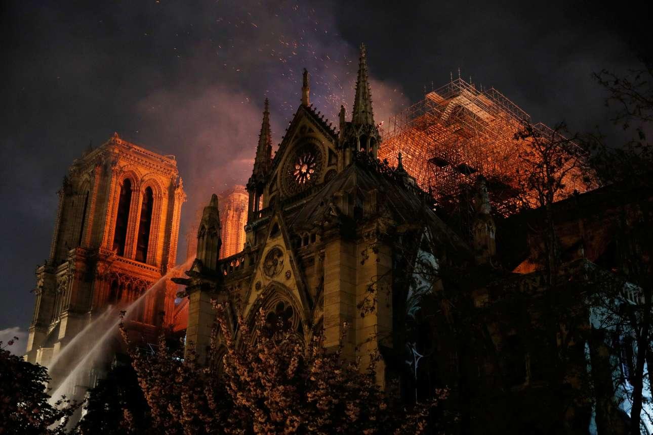 Η σκαλωσιά που είχε στηθεί για τις εργασίες αποκατάστασης, γύρω από το βέλος, όπως φαινόταν από το πλάι του ναού, το βράδυ της Δευτέρας