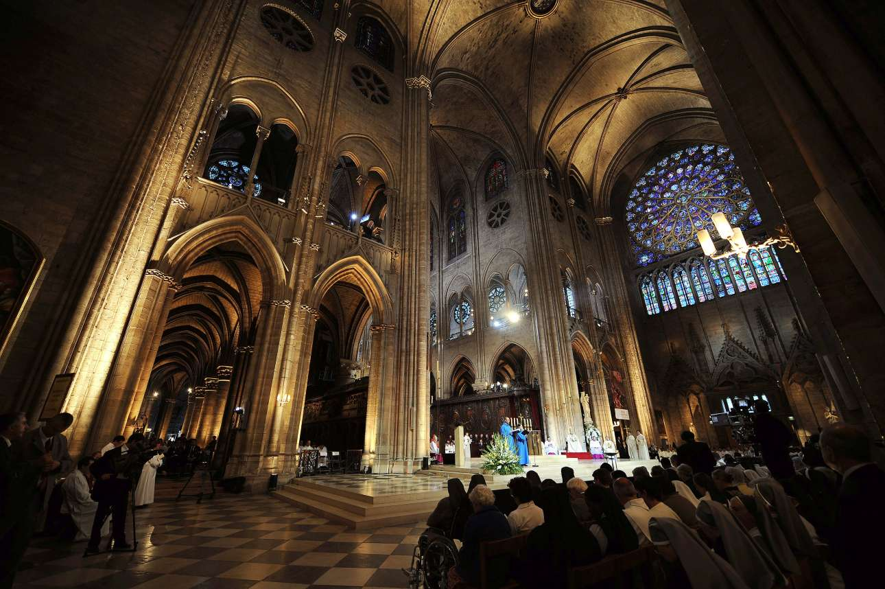Λειτουργία στην Παναγία των Παρισίων, υπό τον Πάπα Βενέδικτο, το 2008. Στο βάθος, ψηλά, φαίνεται ένα από τα τρία μεγάλα βιτρώ-κομψοτεχνήματα. Το πρωί της Τρίτης, υπήρχαν αλληλοσυγκρουόμενες απόψεις για την τύχη τους