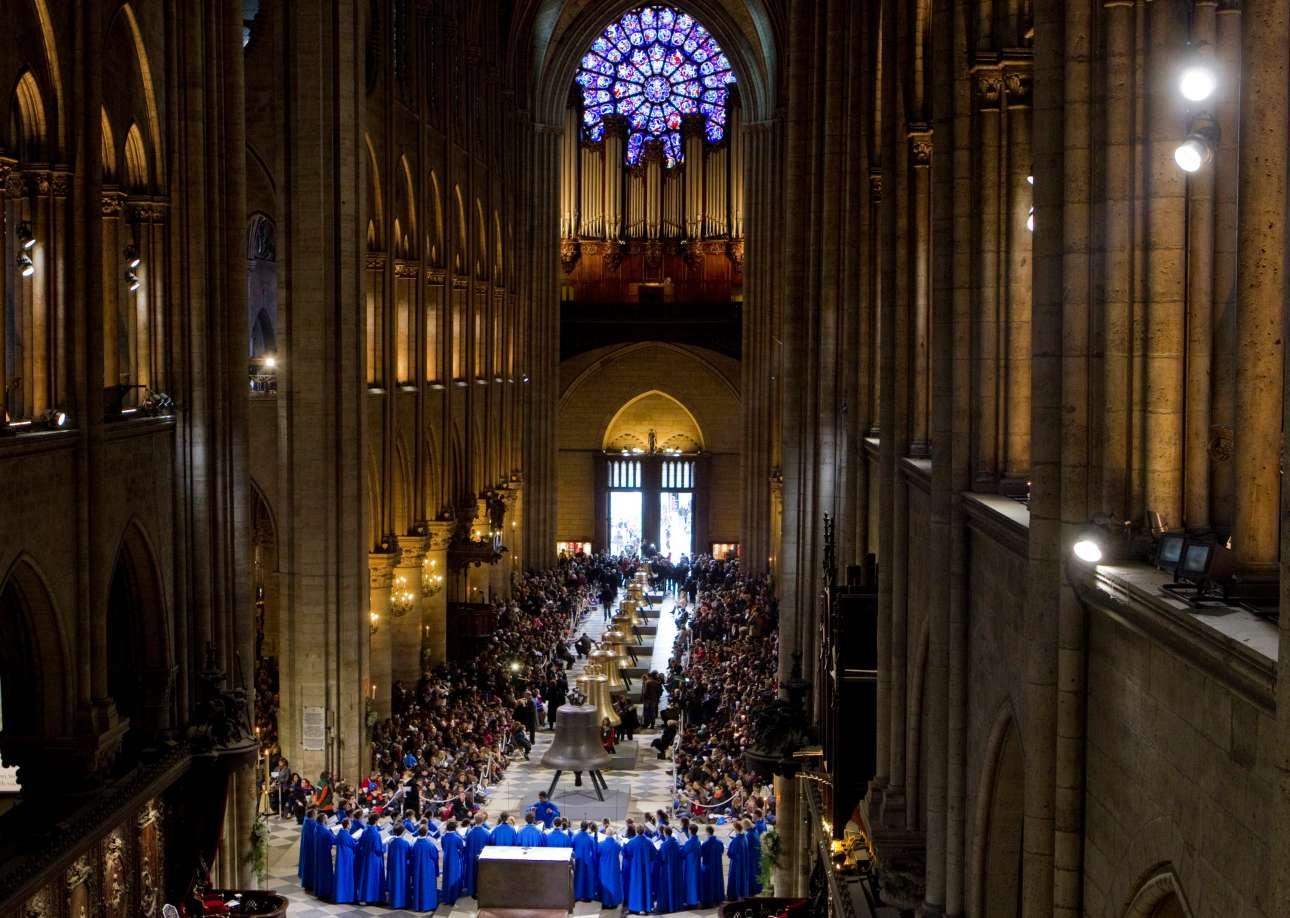 Λειτουργία στην Νοτρ Νταμ, παρουσία δεκάδων καρδιναλίων. Στο βάθος, ψηλά, βρίσκεται το περίφημο εκκλησιαστικό όργανο, που αποτελείται από 8.000 αυλούς, από το 1403. Αγνωστη παρέμενε η τύχη του, το πρωί της Τρίτης