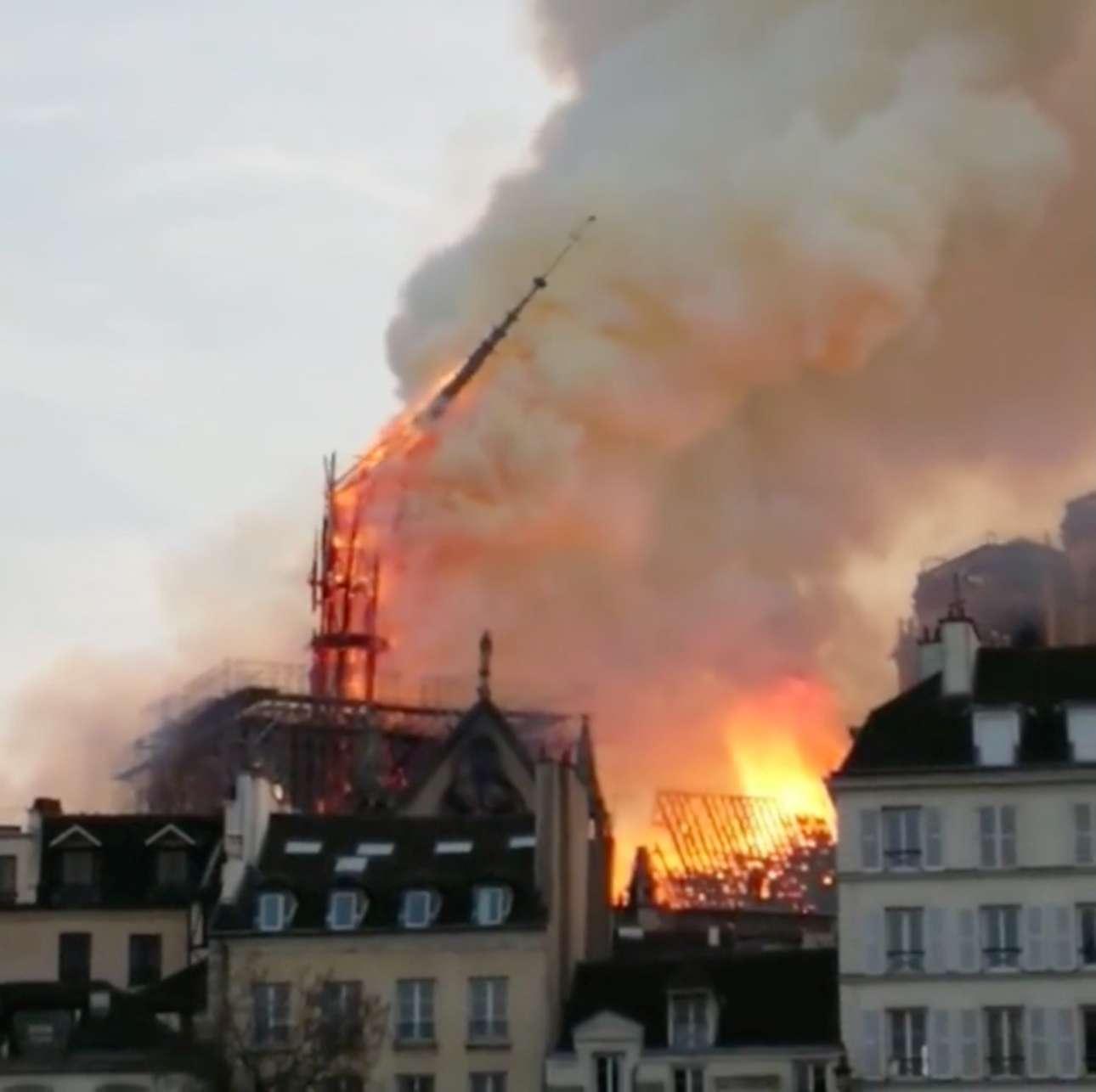 Η στιγμή που καταρρέει το βέλος, ενώ δεξιά φλέγεται η οροφή της Νοτρ Νταμ