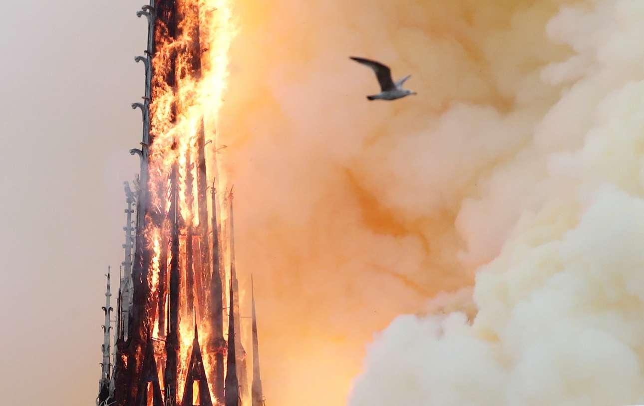 Ο πύργος-βέλος του ναού, παραδίδεται στις φλόγες, λίγο πριν την καταστροφή του