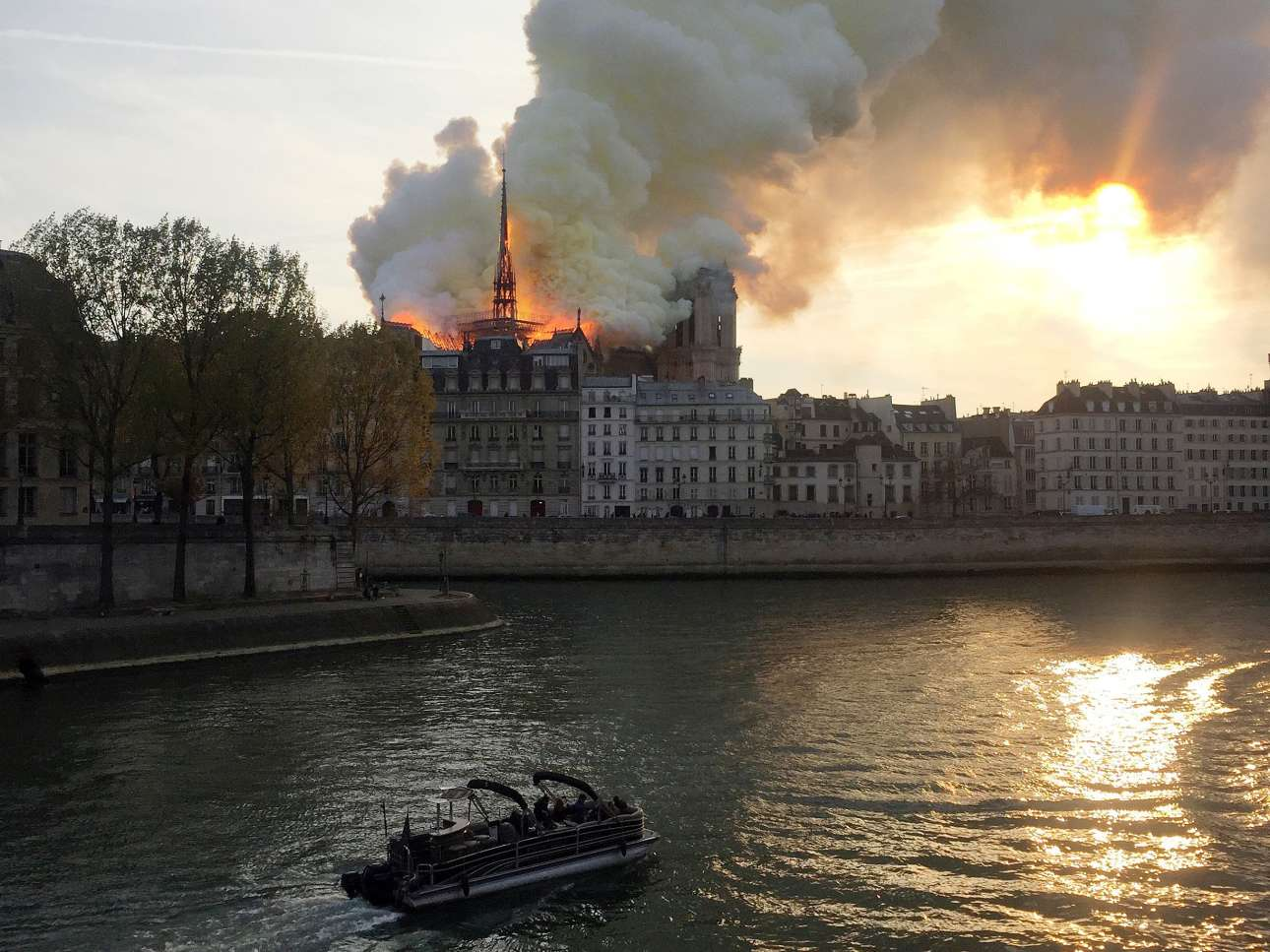 Η φλεγόμενη εκκλησία, όπως φαινόταν από τον Σηκουάνα, με τον πύργο να στέκεται ακόμα