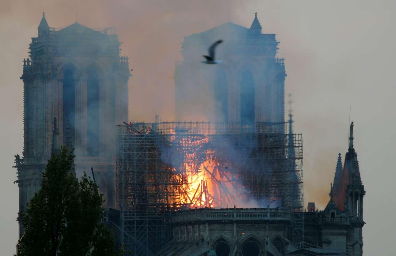 Ο πύργος πλέον, έχει καταρρεύσει και η οροφή εξακολουθεί να καίγεται