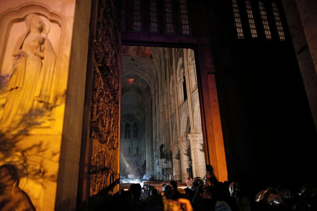 Δημοσιογράφοι φωτογραφίζουν το εσωτερικό του ναού, όπως φαίνεται από την κεντρική είσοδο