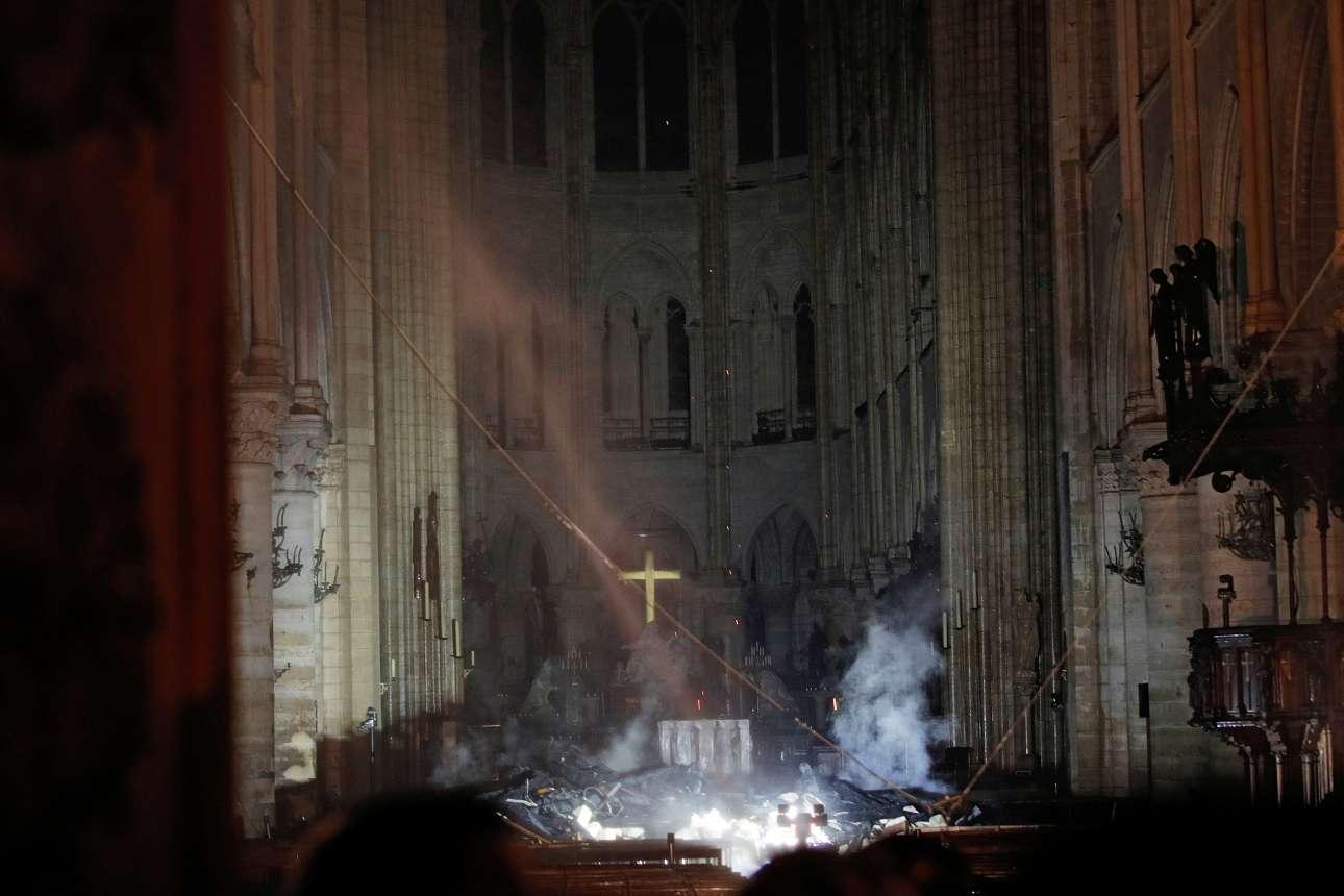 Καπνός και αποκαΐδια στο ιερό της Παναγίας των Παρισίων, τις πρωινές ώρες της Τρίτης