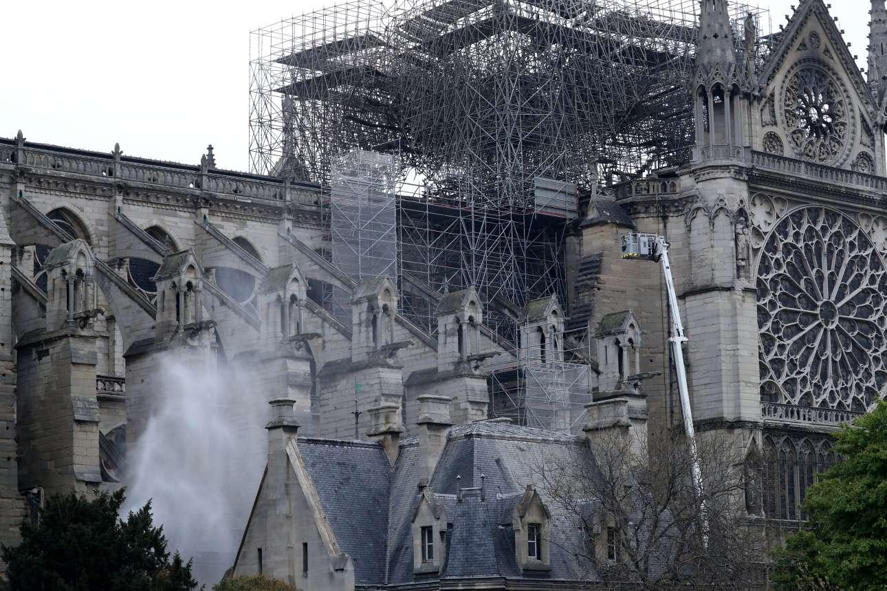 Η καπνισμένη Παναγία των Παρισίων, το πρωί της Τρίτης, ενώ οι πυροσβέστες εξακολουθούν να επιχειρούν για την πλήρη κατάσβεση της πυρκαγιάς