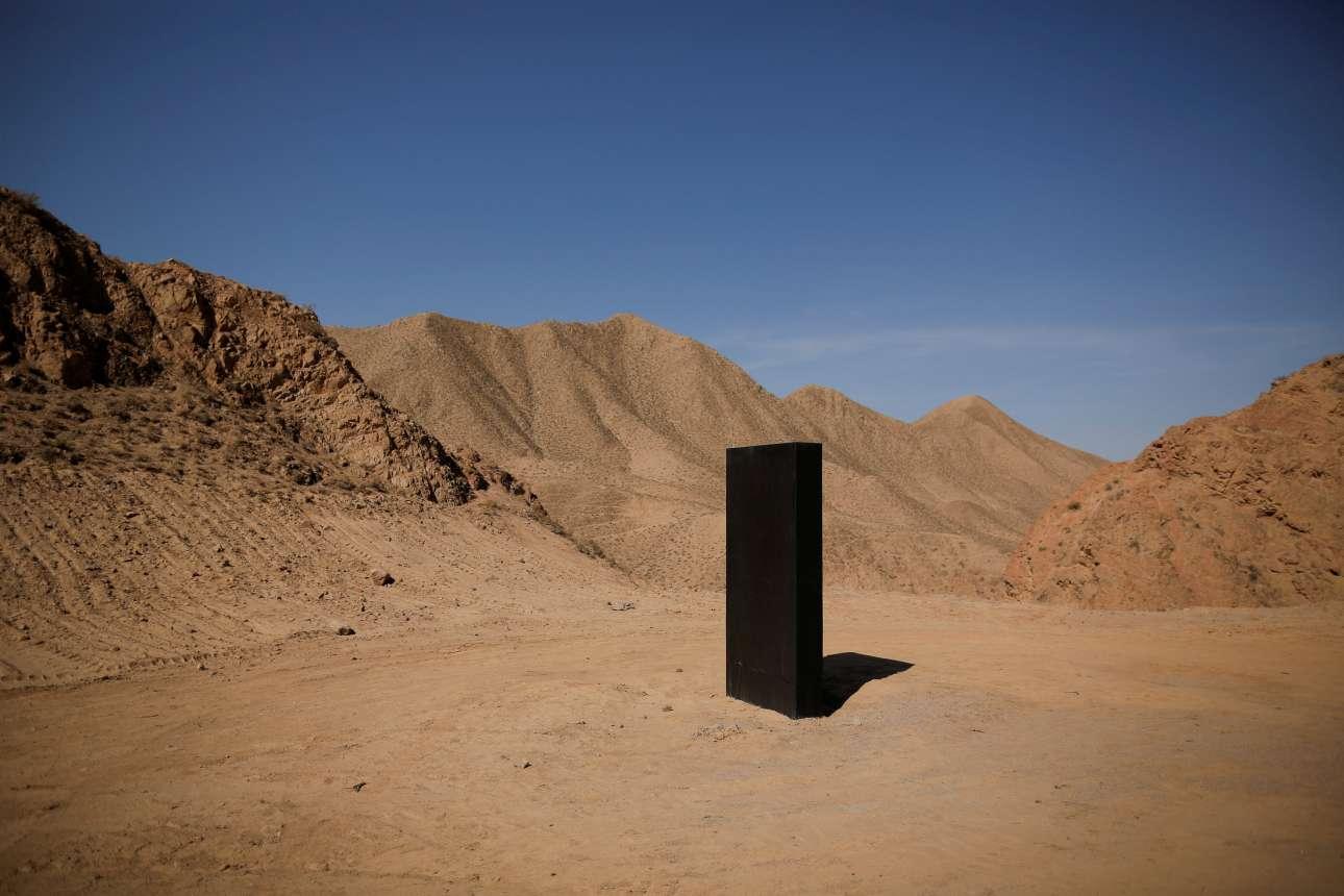 Ενας μυστηριώδης μαύρος μονόλιθος μέσα στην έρημο: ένα κλείσιμο ματιού στους λάτρεις της ταινίας «2001: Η Οδύσσεια του Διαστήματος»
