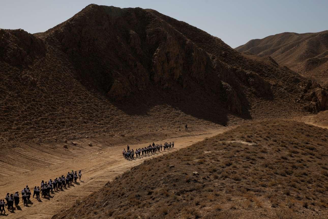 Οι μαθητές περπατούν μέσα στην έρημο Γκόμπι, κοντά στη βάση της C-Space Project Mars, η οποία βρίσκεται 40χλμ έξω από την πόλη Τζιντσάνγκ, στη βορειοδυτική επαρχία Γκανσού