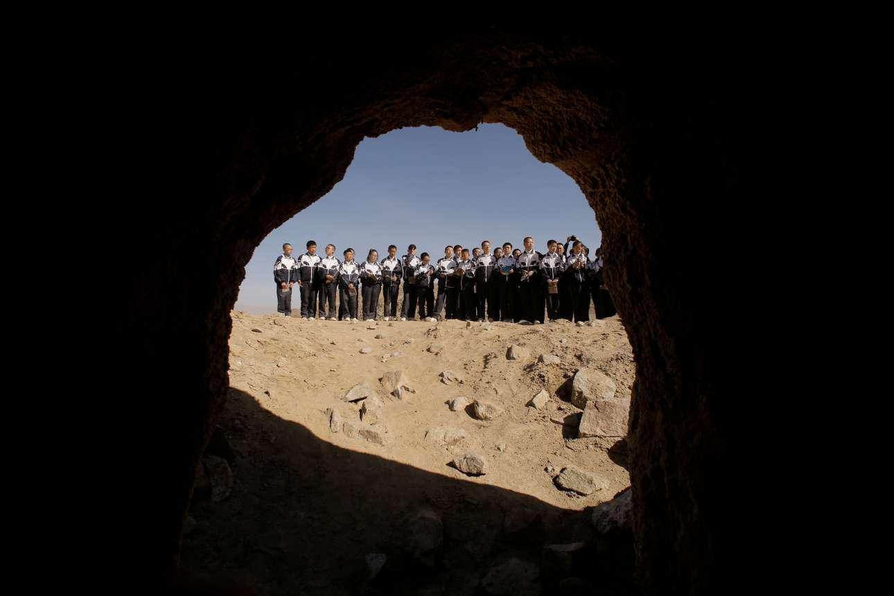 Μαθητές κοιτάζουν μέσα σε μια τεχνητή σπηλιά που αναπαριστά εκείνες που βρίσκονται στον Αρη
