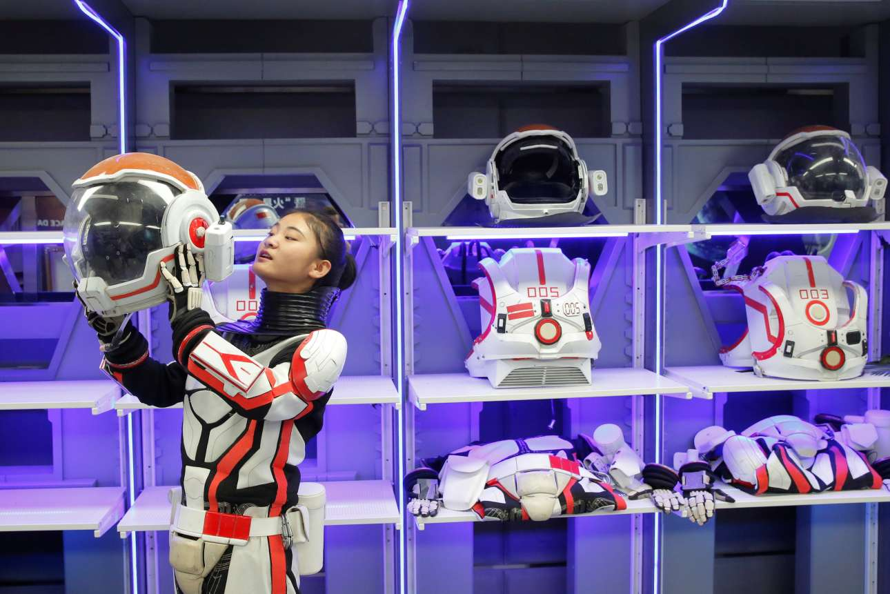 Υπάλληλος της βάσης «Mars Base 1» φοράει μία ψεύτικη στολή αστροναύτη