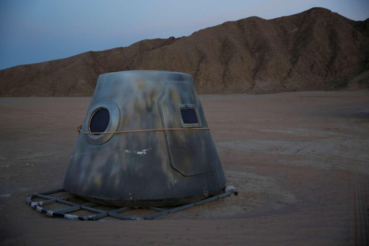 Ο ήλιος δύει πάνω από την έρημο Γκόμπι και την διαστημική κάψουλα
