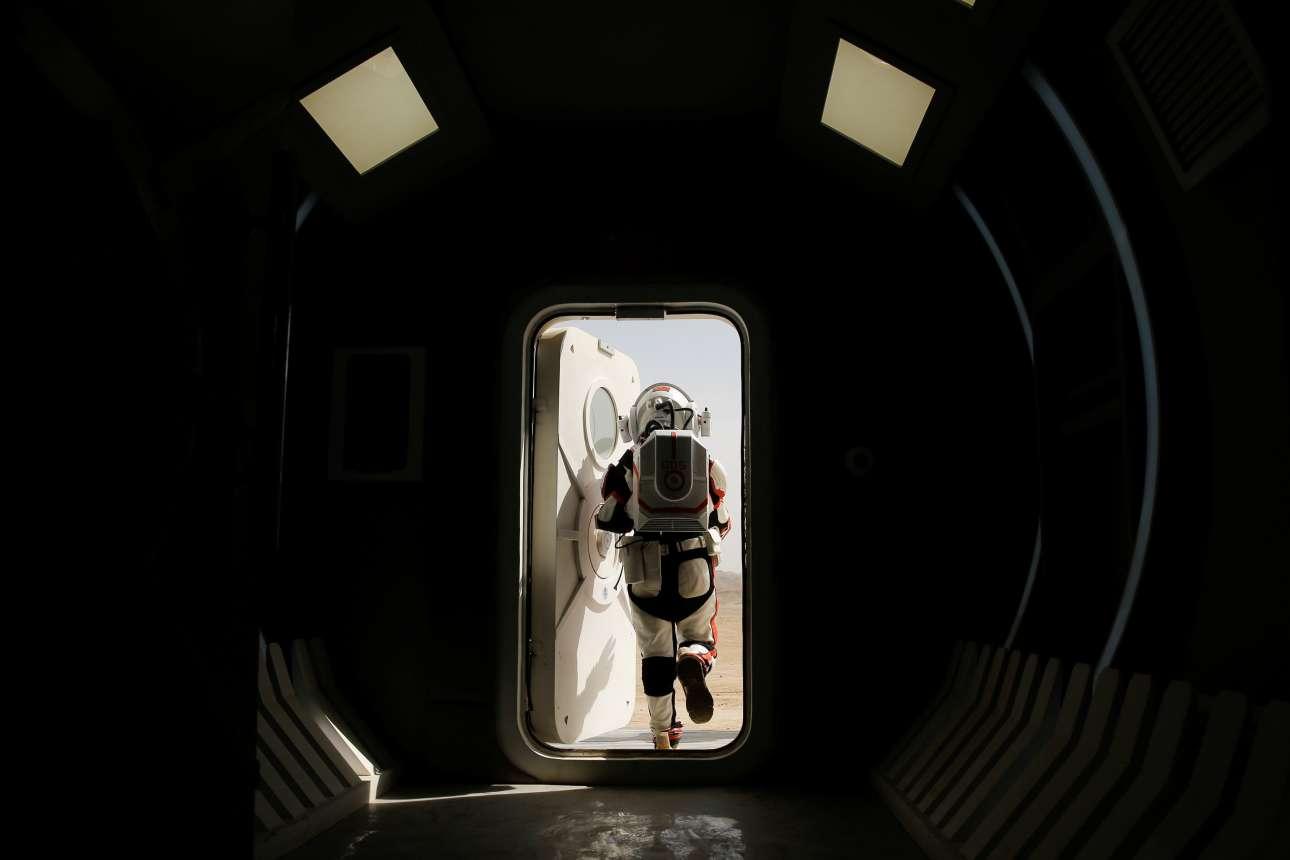 Η έξοδος από τη βάση προσομοίωσης τςη C-Space Project Mars, μια εικόνα που θυμίζει καρέ από την ταινία του Κιούμπρικ «2001: Η Οδύσσεια του Διαστήματος»