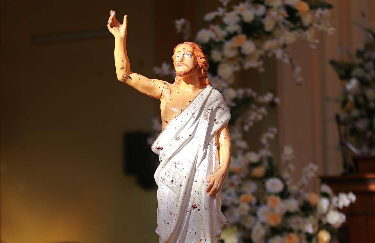 Γεμάτο κηλίδες αίματος των πιστών το άγαλμα του Χριστού στο Νεγκόμπο