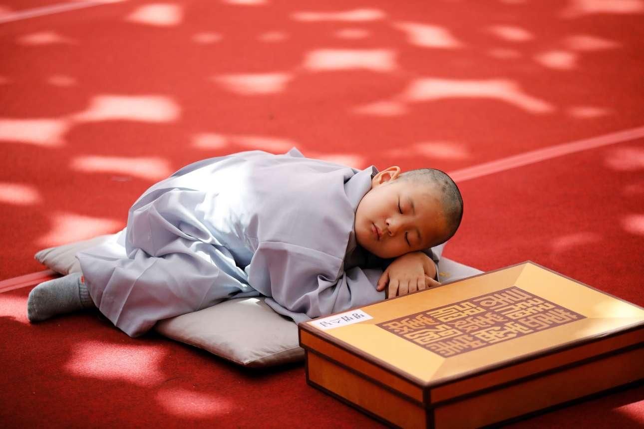 Μ. Δευτέρα, 22 Απριλίου, Νότια Κορέα. Νεαρός μοναχός κοιμάται λίγο αφότου ξύρισε το κεφάλι του, με αφορμή τους εορτασμούς για την Εορτή του Βεσάκ, τη σημαντικότερη προς τιμήν του Βούδα