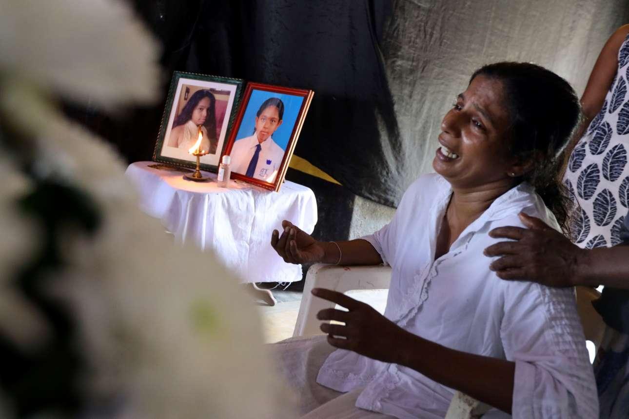 Η μητέρα της 13χρονης Σχαΐνι, ενός από τα θύματα των επιθέσεων, θρηνεί πριν από την κηδεία