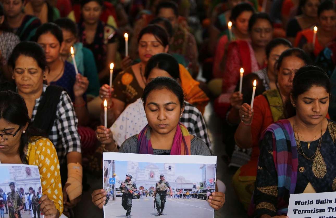 Δασκάλες στο Αχμεταμπάντ της Ινδίας σε πορεία με κεριά στη μνήμη των θυμάτων
