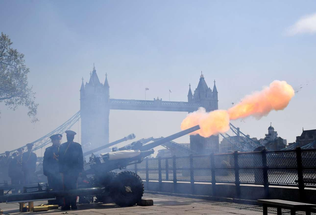 Μ. Δευτέρα, 22 Απριλίου, Μεγάλη Βρετανία. Μέλη του Επίτιμου Σώματος Πυροβολικού της χώρας συμμετέχουν με 62 κανονιοβολισμούς στον εορτασμό των 93ων γενεθλίων της βασίλισσας Ελισάβετ Β'