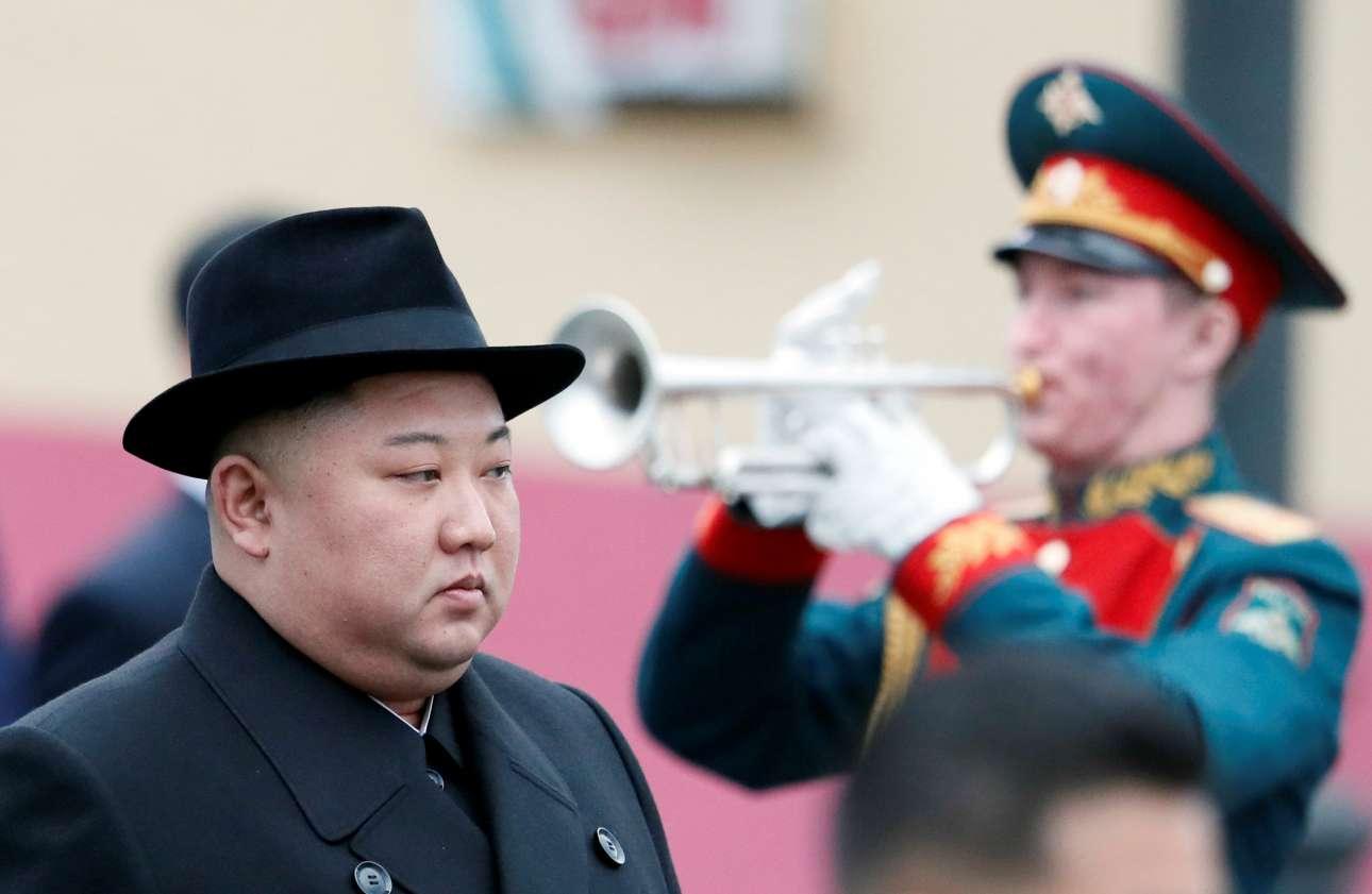 Μ. Τετάρτη, 24 Απριλίου, Ρωσία. Ο Κιμ Γιονγκ Ουν φτάνει στο Βλαδιβοστόκ με στρατιωτικό τρένο και οι Ρώσοι τού επιφυλάσσουν θερμή υποδοχή. Η συνάντηση του βορειοκορεάτη ηγέτη με τον ρώσο πρόεδρο, Βλαντίμιρ Πούτιν είναι μια ακόμα προσπάθεια ανοίγματος της χώρας του από την απομόνωση