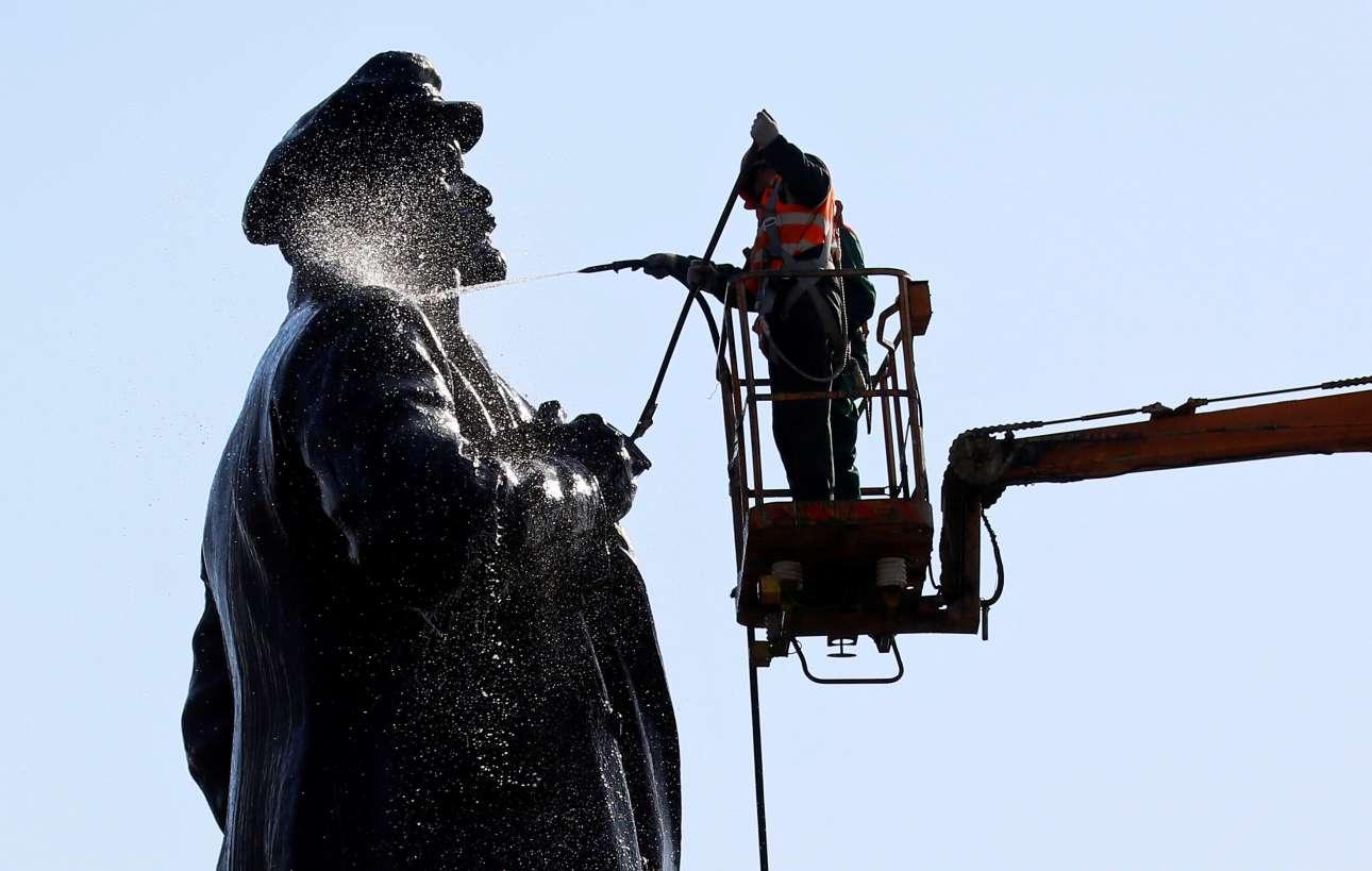 Μ. Πέμπτη, 25 Απριλίου, Ρωσία. Στο Κρασνογιάρσκ της Σιβηρίας, ένα από τα λιγοστά αγάλματα του Λένιν που παραμένουν όρθια στη μετασοβιετική Ρωσία, δέχεται τις φροντίδες των συνεργείων του δήμου