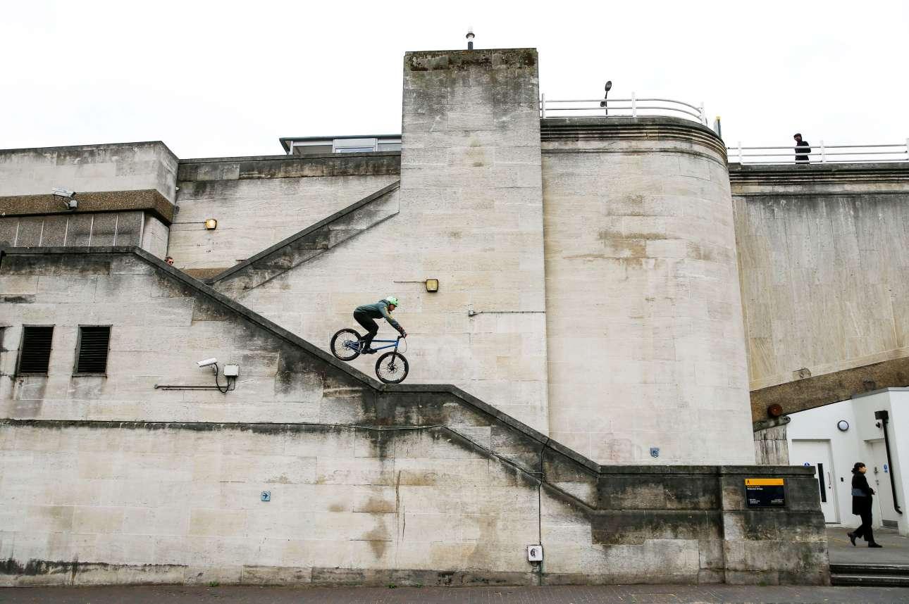 M. Σάββατο, 27 Απριλίου, Βρετανία. Ενας παράτολμος ποδηλάτης κατεβαίνει τη γέφυρα του Βατερλώ στο κεντρικό Λονδίνο.