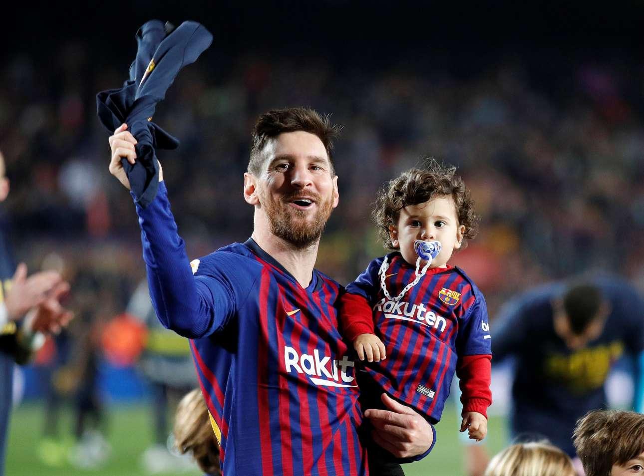 M. Σάββατο, 27 Απριλίου, Ισπανία. Ο Λιονέλ Μέσι πανηγυρίζει έχοντας αγκαλιά τον γιο του, την κατάκτηση του ισπανικού πρωταθλήματος από την Μπαρτσελόνα μετά το ματς με τη Λεβάντε στη Βαρκελώνη