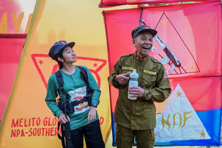 Γέλια και χαρές στην επέτειο. Το 1969, ο Νέος Λαϊκός Στρατός ξεκίνησε την επανάσταση για να δημιουργήσει ένα μαοϊκό κράτος, ξεπροβάλλοντας από το παγκόσμιο κομμουνιστικό κίνημα και βρίσκοντας γόνιμο έδαφος στην φτωχή χώρα
